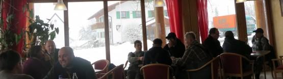 たくさんの若者で賑わうレッテンバッハ村の食堂
